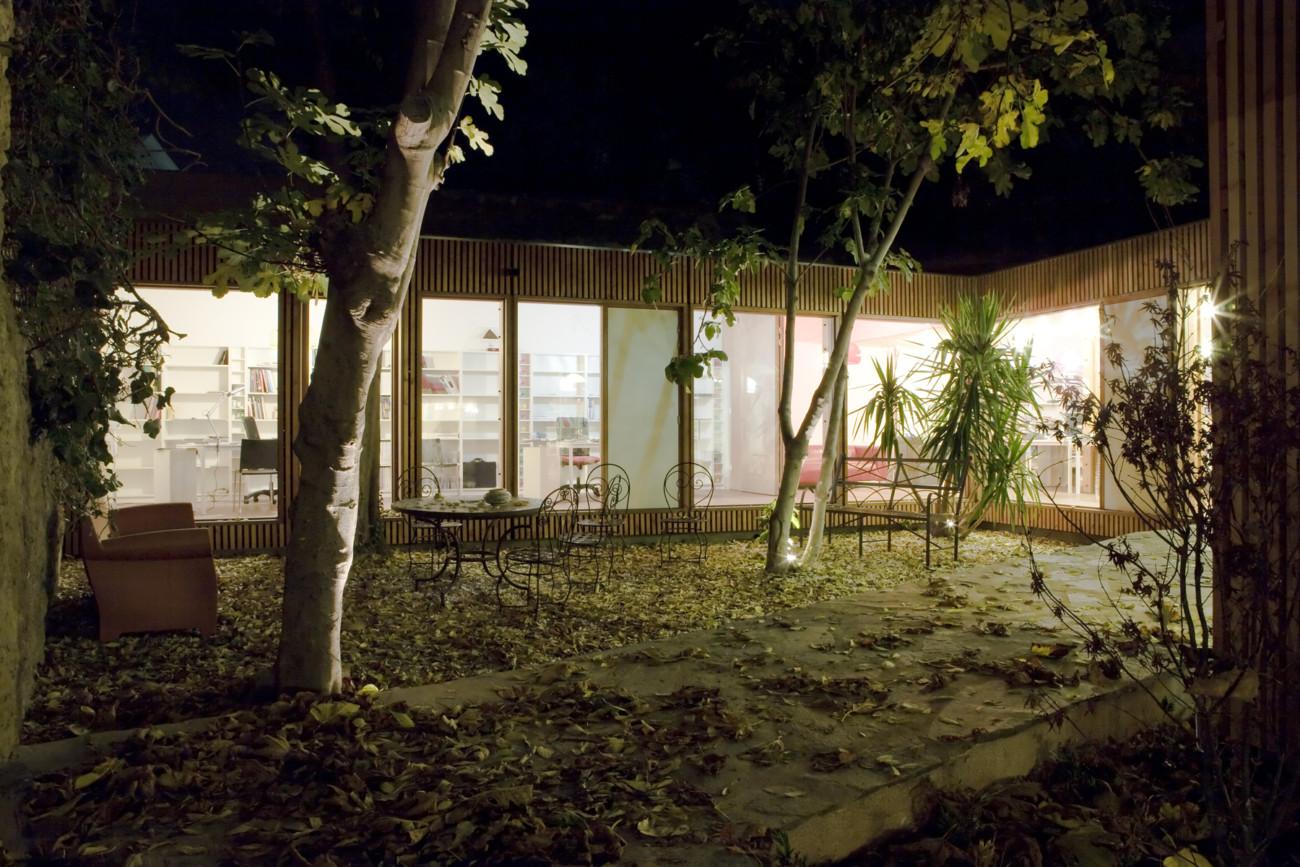 Mélange de bois et verre pour une agence d'architecture