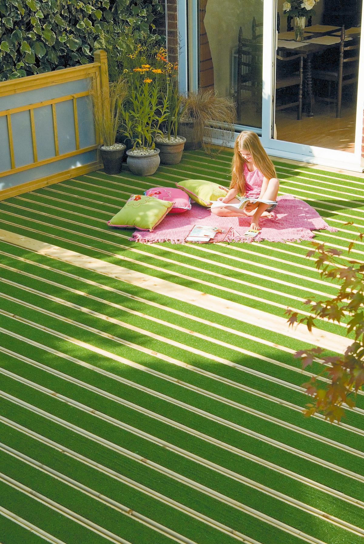 Lames en bois et gazon synthétique pour terrasse