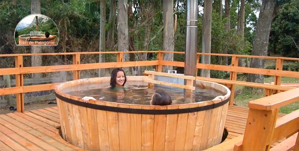 Bain dans un tonneau en bois chauffé par un poêle à bois