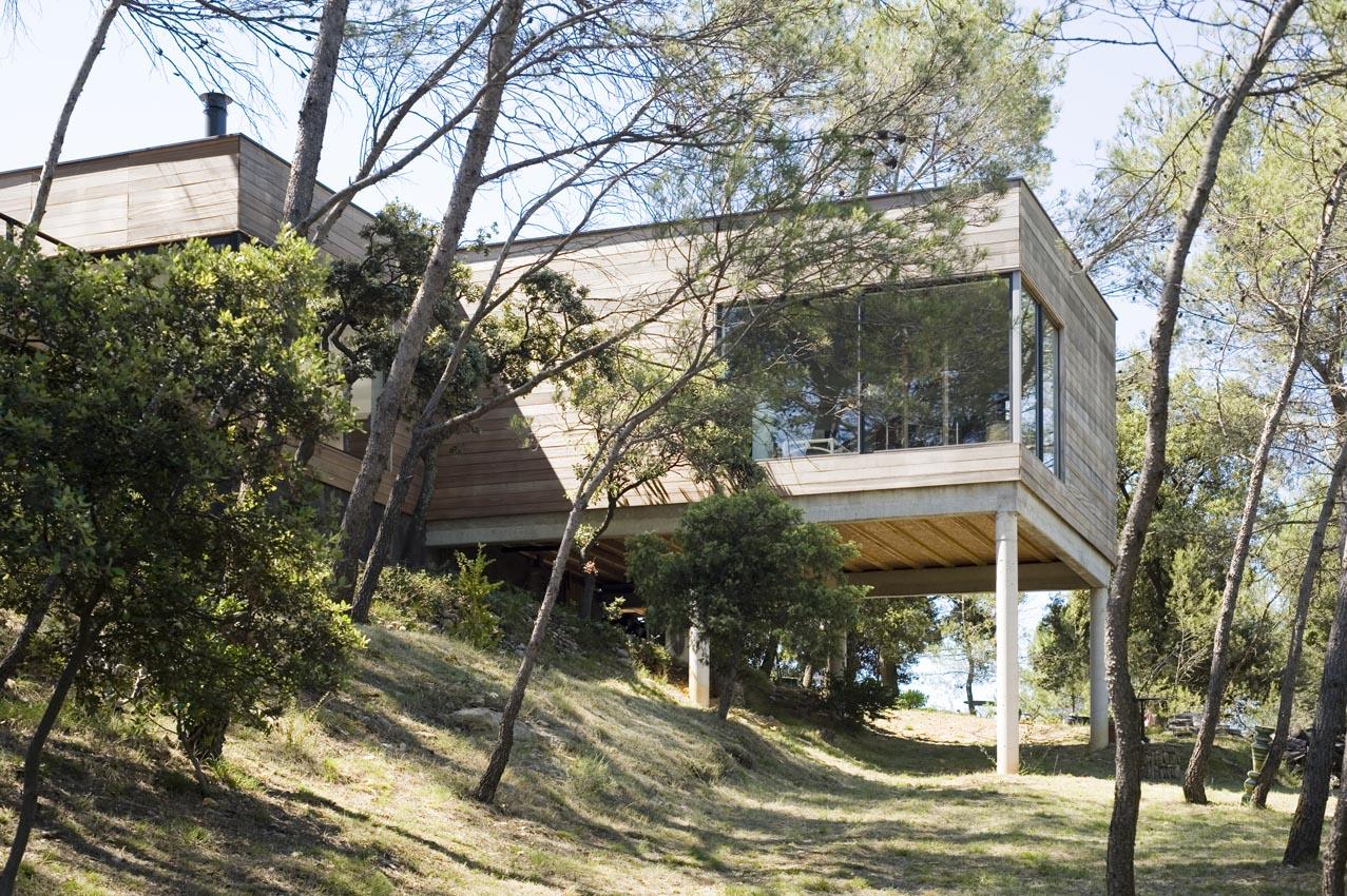 Maison bois contemporaine dans les arbres