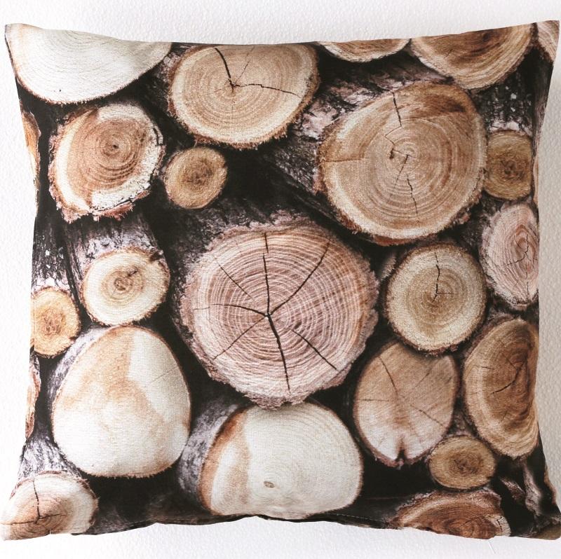Blancheporte et son coussin imprimé rondins de bois