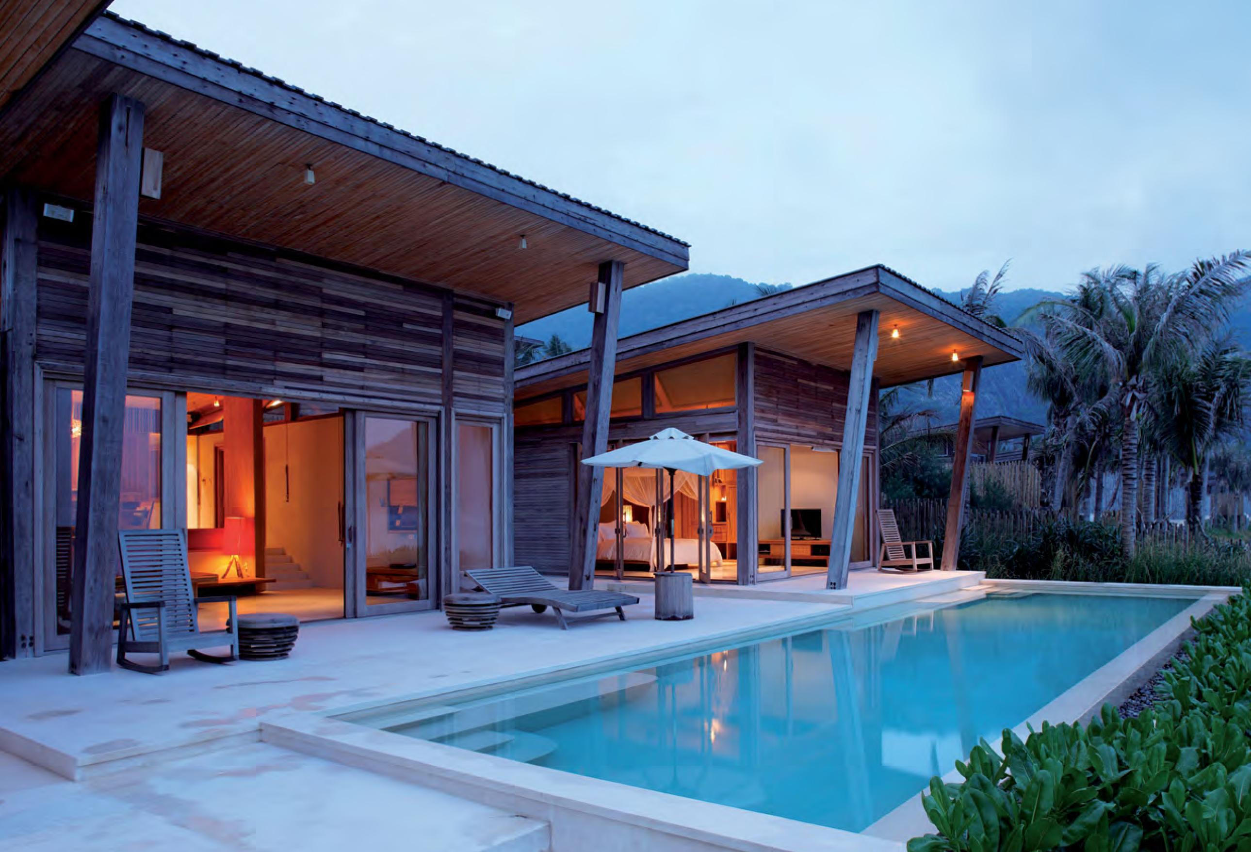 Terrasse et piscine d'une villa en bois