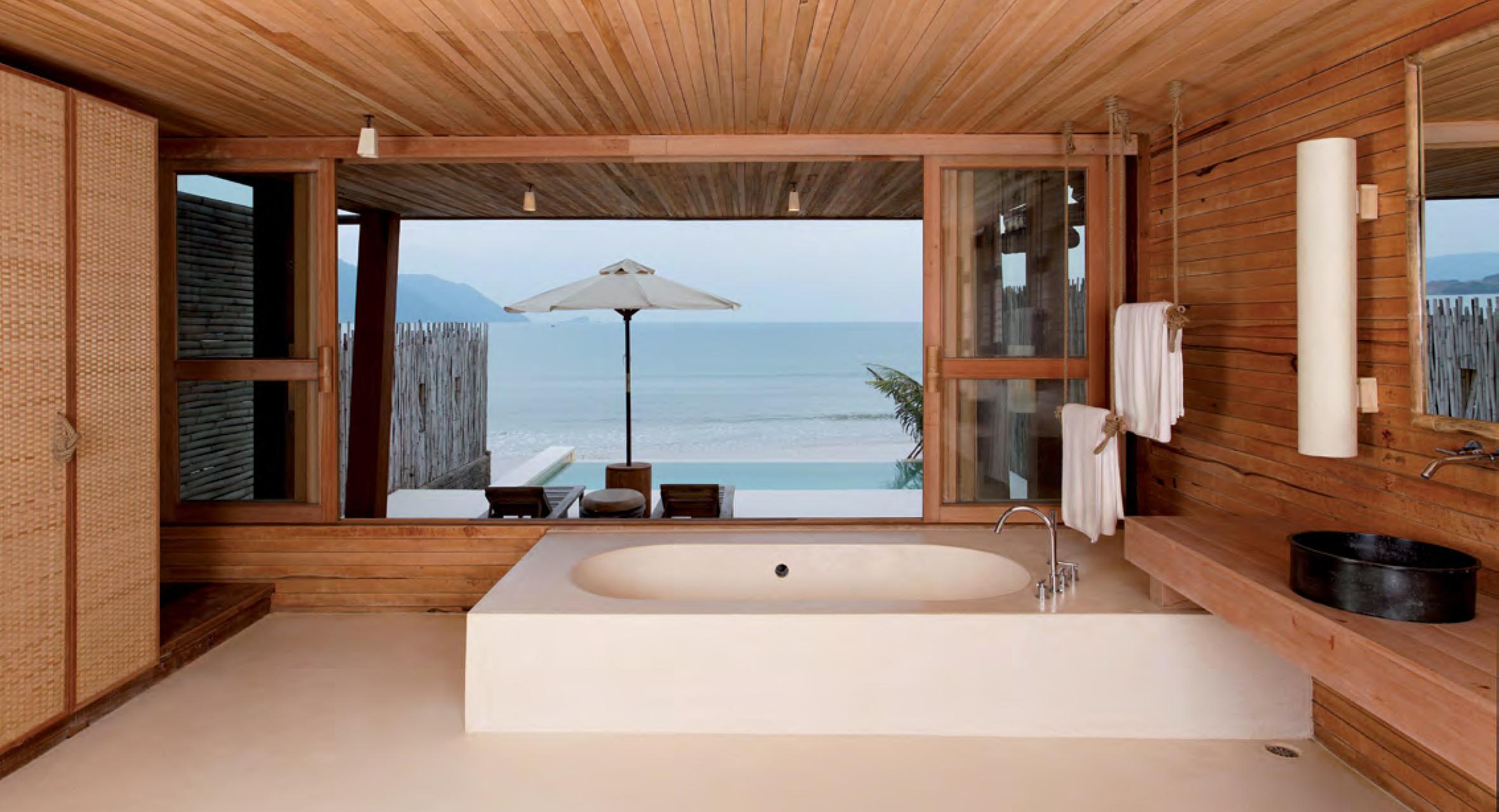 Salle de bain des villas en bois avec vue sur la mer