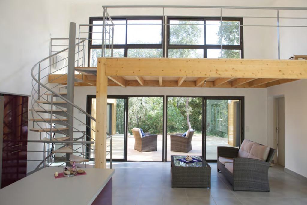 Séjour de la maison en bois